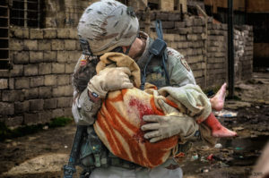 Photo of US soldier carrying an Iraqi girl wounded in an SVBIED attack